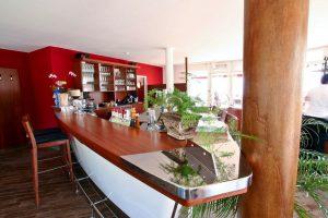 Cocktails trinken in der Bar im Restaurant am Hafen von Lauterbach auf Rügen