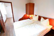 fewo-lauterbach-ruegen-doppelbett-schlafzimmer-appartement-4