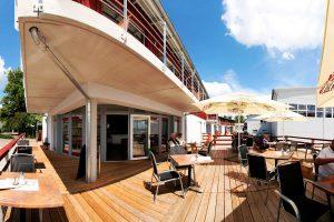 Terrasse des Restaurants mit Sicht über den Hafen von Lauterbach auf Rügen