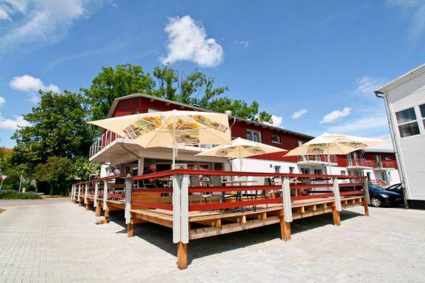 Blick auf den Lauterbacher Hafen von Sonnenterrasse des Werft-Restaurants auf Rügen