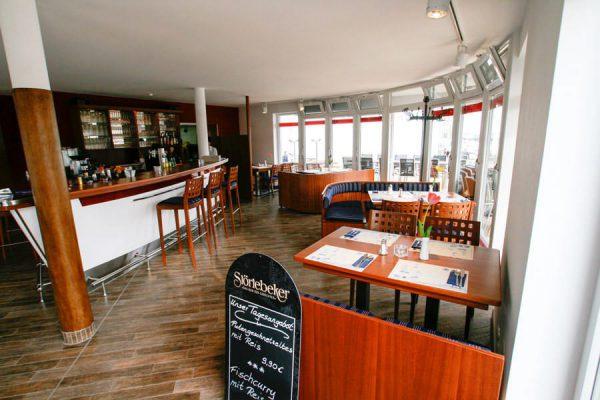 Essen im Restaurant des Lauterbacher Hafens auf der Insel Rügen an der Ostsee