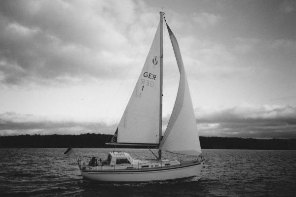 segelboot-auf-ostsee-in-lauterbach-insel-ruegen