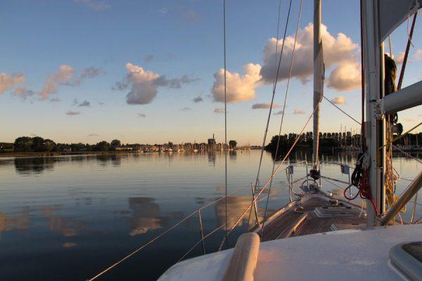 segelboot-hafen-an-der-ostseekueste