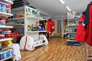 Wetterfestes Outfit und funktionale Outdoorkleidung im Shop von Bootsbau Rügen in Lauterbach